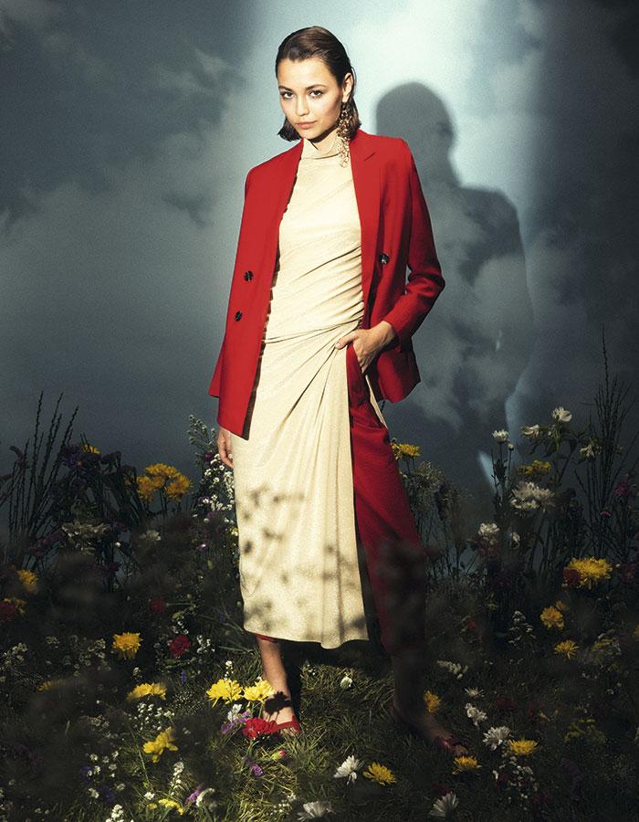 Byblos en Lía Fernández, vestido, consultar precio en tienda  Banana Republic, pantalón, $74.000; Colección personal, blazer Hermès, zapatos, consultar precio en tienda H&M, aros, $5.990