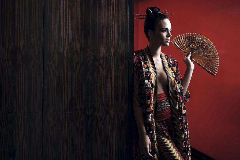 Rapsodia en Paris, kimono y pantalón; Tricot, faja; Paulita Errázuriz, cinturón y abanico