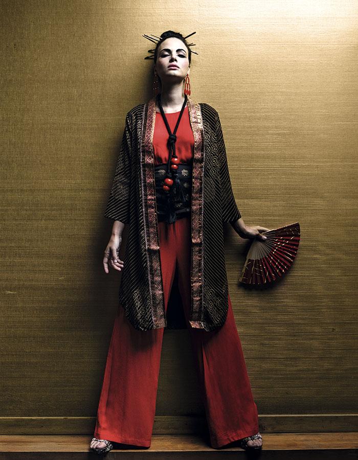 Rapsodia en Paris, kimono; Mango en Falabella, enterito y aros; Nine West, zapatos; Tricot, vestido (como faja); Psicodelia, collar y abanico