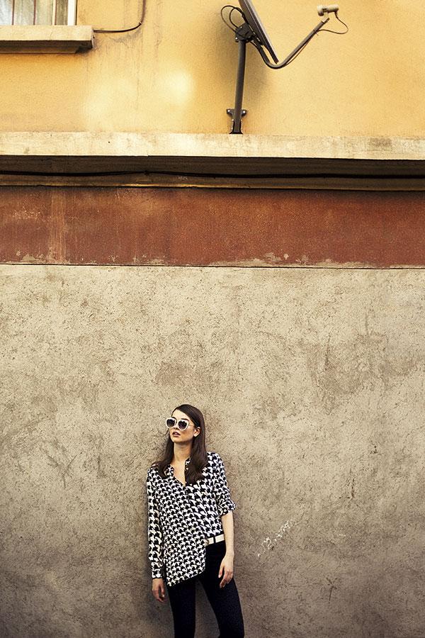 CH Carolina Herrera, blusa, consultar precio en tienda  Tricot, pantalón, $8.990  Via Uno, cinturón, $12.990  Colección personal, anteojos