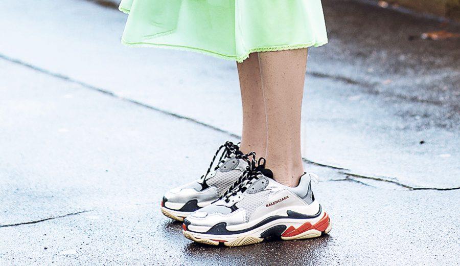 9a89f3d6f738 Se les llama  dad shoes  por el parecido que tienen con el calzado que  llevaban los padres en los 90. Con una suela gruesa y un diseño tosco