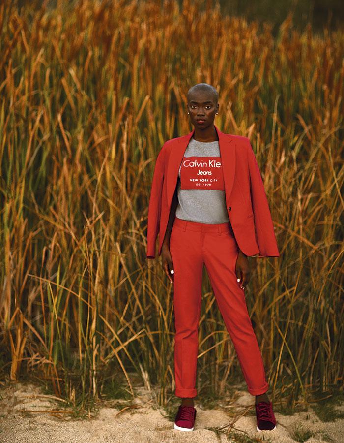 Calvin Klein, polera, $26.990  Opposite en Paris, pantalón, $19.990  Marquis en Ripley, blazer, $32.990  Prüne, zapatillas, $89.990   Swarovski, aros, $93.900