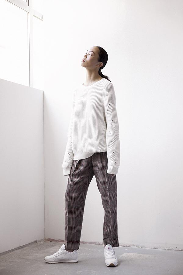 Calvin Klein, suéter, $49.990; Giorgio Armani en Montemarano, pantalón, consultar precio en tienda; Reebok, zapatillas, $34.990
