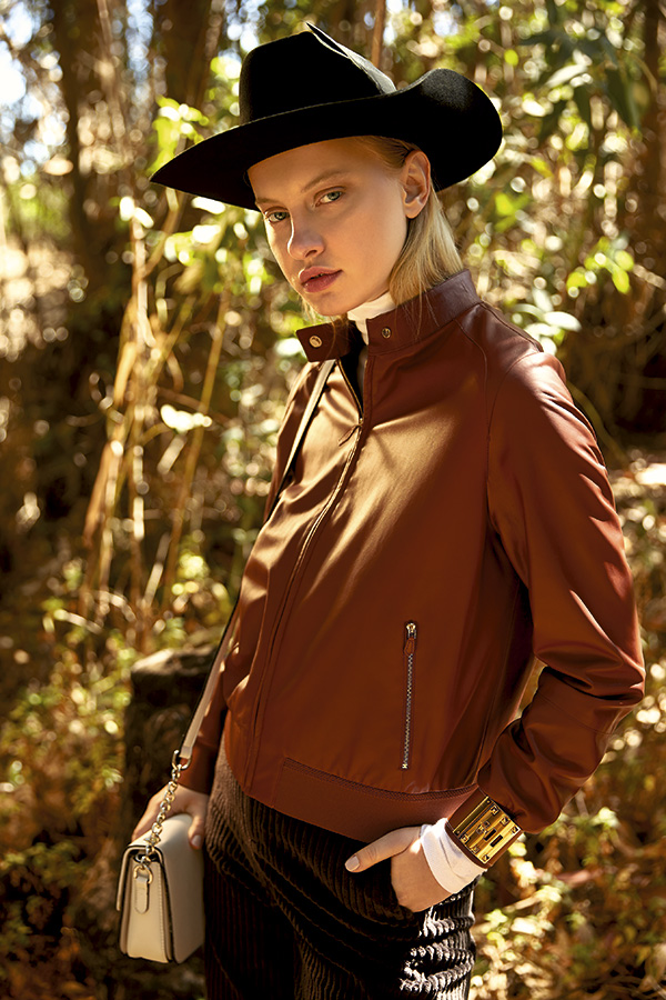 Hermès, chaqueta y pulsera, consultar precios en tienda Calvin Klein, beatle, $34.990 Mango en Falabella, pantalón, $59.990  Maria Cher, sombrero, $94.500  Via Uno, cartera, $47.990