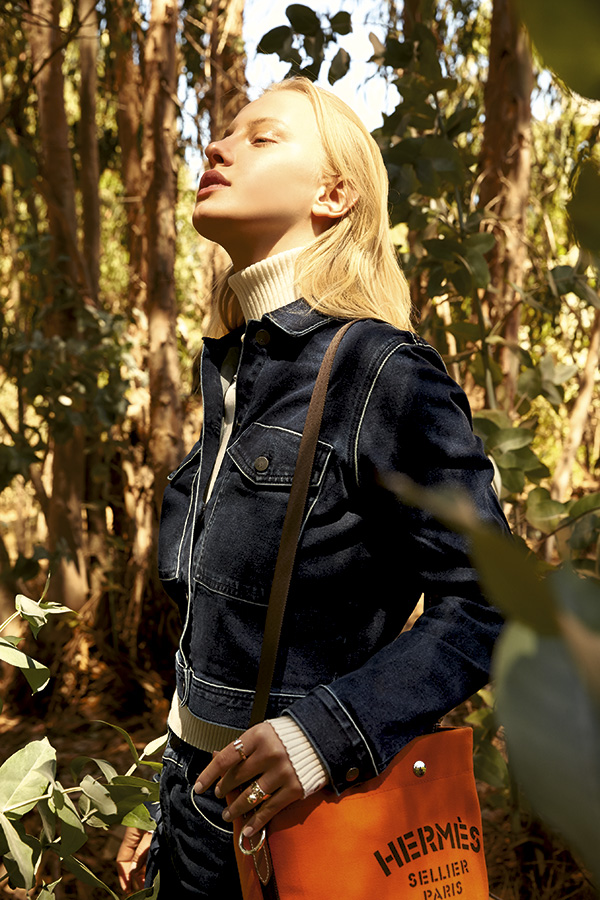 Calvin Klein, chaqueta, $69.900; jeans, $64.900 Tommy Hilfiger, beatle, $64.900 Hermès, bolso, consultar precio en tienda    Tiffany & Co., collar, consultar precio en tienda; anillo bola, $335.000; anillo plata, $118.000; anillo T, $320.000