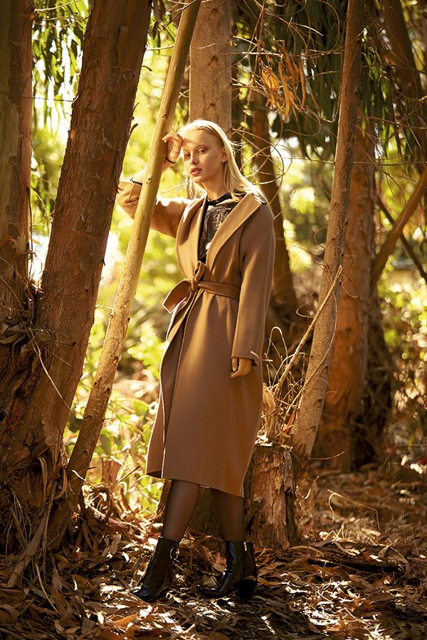 Max Mara, abrigo, consultar precio en tienda; Bimba y Lola, vestido, $143.600; Gacel botines, $79.950