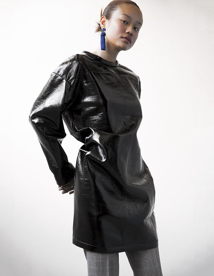 Bimba y Lola, vestido, $143.600; aros, $37.050; Saville Row, pantalón, $59.900