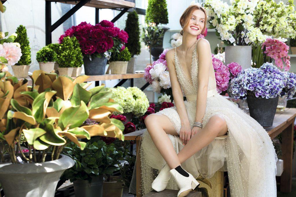 Sofía Larraín, vestido,   consultar precio en tienda  We Love Shoes, botines, $89.900  Swarovski, aros, $149.900  Garden Express, tocado, $12.900 c/u  Therapy, brazalete, $29.900