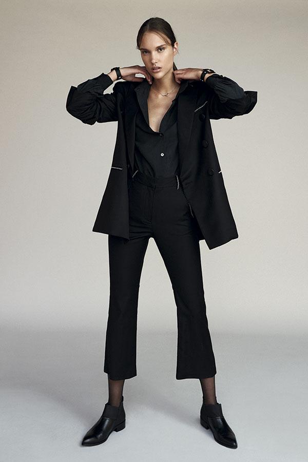 Cher, chaqueta, $281.500;   pantalón, $186.500  Pollini, botines, $69.900  Nostalgic, blusa, $8.390  Swarovski, collar, $93.900   Rapsodia, pulseras, $16.990 c/u   Caffarena, pantis, $3.490