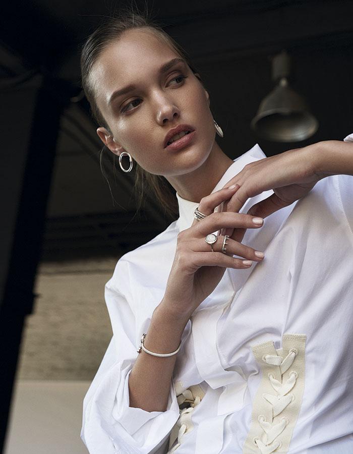 Max Mara, blusa, $249.000  Tous, aro de plata, $87.000;   pulsera, $131.000  Hermès, aro de plata con   cuero, consultar precio en tienda  Pandora, anillo circular con   brillos, $82.000; anillo corona,   $82.000; anillo delgado brillos,   $66.000; anillo delgado puntos,   $56.000; argolla simple,   $41.000; anillo trenzado, $46.000
