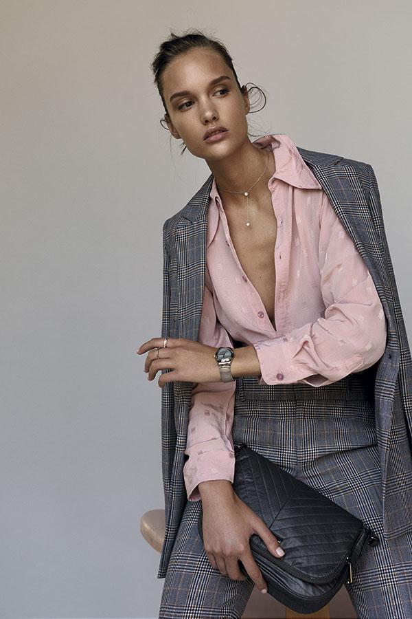 Saville Row, chaqueta, $129.900;   pantalón, $59.900  Alaniz en Paris, blusa, $14.990  Kipling, cartera, $80.000  Swatch, reloj, $99.900    Swarovski, collar, $108.900   Pandora, anillo delgado brillos,   $66.000; anillo   delgado puntos, $56.000