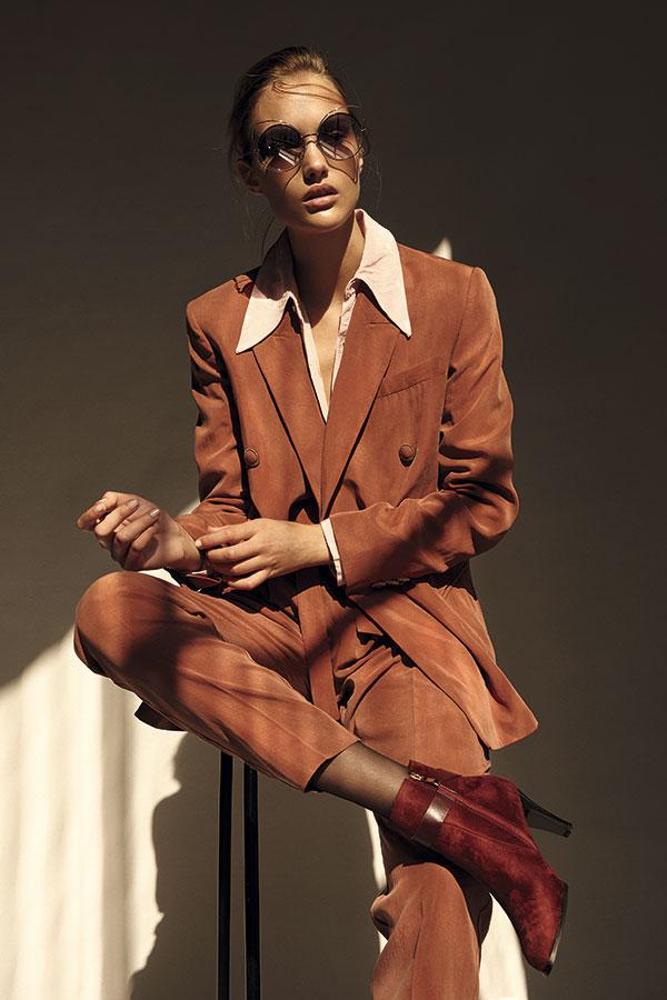 Mango, chaqueta, $79.990;   pantalón, $49.990  Alaniz en Paris,   blusa, $14.990  Sormani, botines, $32.990  Marc Jacobs en   Rotter & Krauss,   anteojos, $159.900