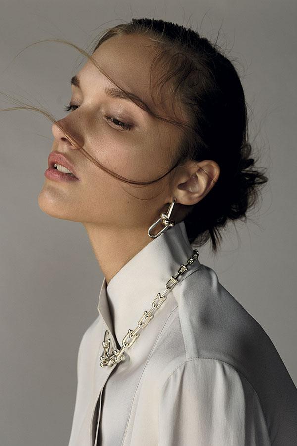 Giorgio Armani en   Montemarano, blusa,   consultar precio en tienda  Tiffany & Co., collar,   consultar precio en tienda;   aros, $335.000