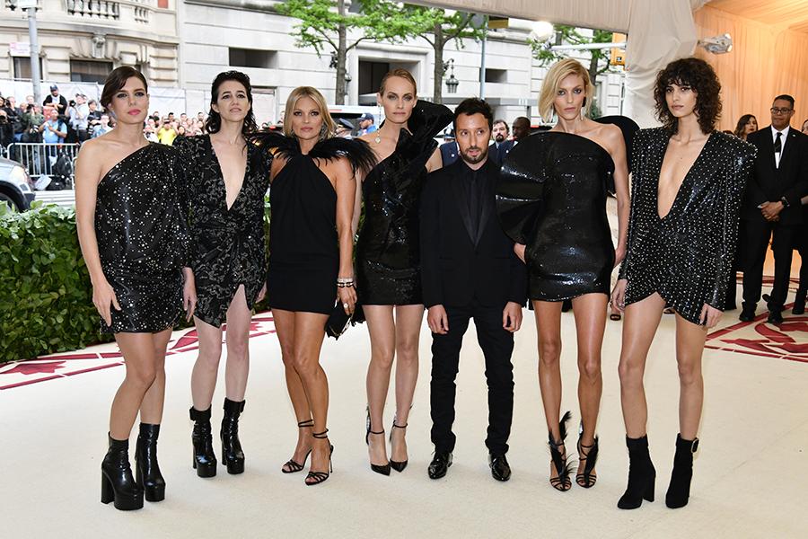 Anthony Vacarello director creativo de Saint Laurent, posó junto Mica Arganaraz, Anja Rubik, Amber Valletta, Kate Moss, Charlotte Casiraghi y Charlotte Gainsbourg.