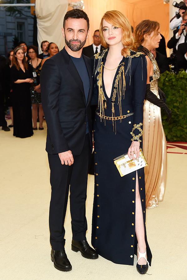 Nicolas Ghesquière, director creativo de Louis Vuitton se lució al lado de Emma Stone