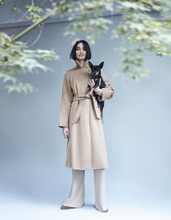 Max Mara, abrigo,   consultar precio en tienda  Cher, pantalón, $63.500  Nine West, zapatos, $69.900